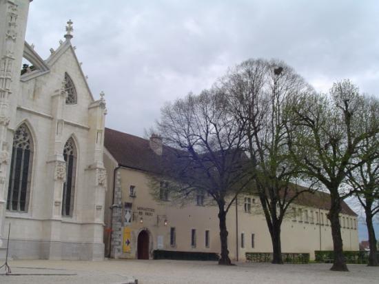 Côté sud   le Monastère de Brou